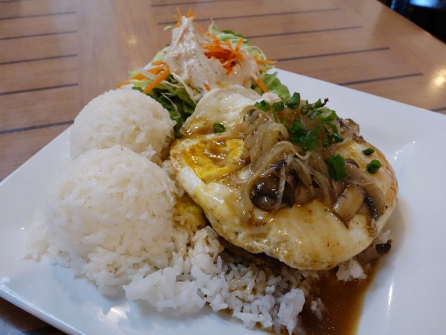 Da Kitchen's loco moco: grilled homemade 98% lean ground beef burger topped with 2 eggs, onions, mushrooms, and brown gravy. With the compulsory two scoops of rice, we opted for green salad instead of potato-macaroni salad. Overall, this plate was just okay.