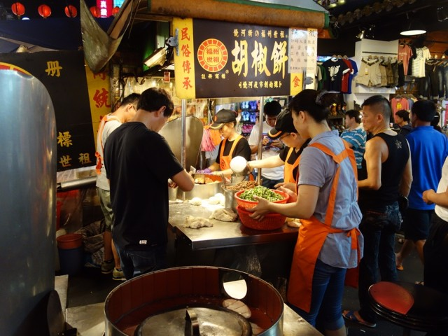 The popular pepper bun stall at Raohe Street Night Market